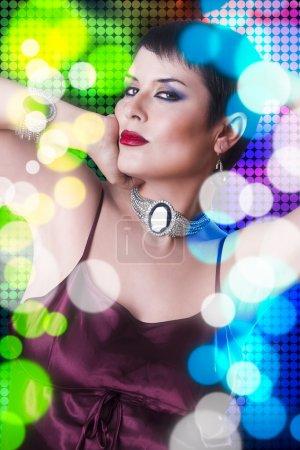 Foto de Atractiva mujer bailando en la discoteca, colores de fondo - Imagen libre de derechos
