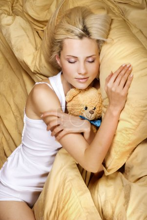 Photo pour Sommeil fille étreignant ours en peluche - image libre de droit