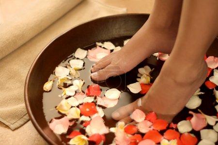 Photo pour Pieds trempés dans bol spa & aromathérapie - image libre de droit