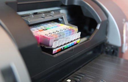 Photo pour Imprimante jet d'encre bouchent sur les cartouches d'encre - image libre de droit