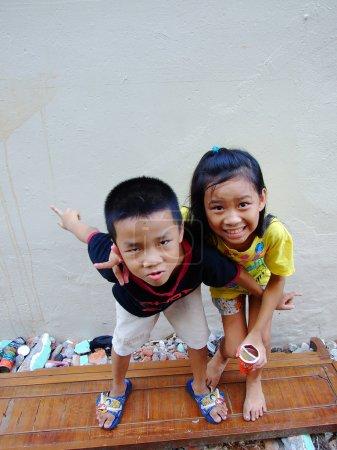 Foto de Bangkok puede 2010.children que viven a lo largo de los rieles laterales, bangkok Tailandia - Imagen libre de derechos