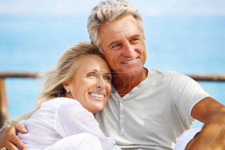 Photo pour Closeup portrait d'un heureux couple mature en plein air. - image libre de droit