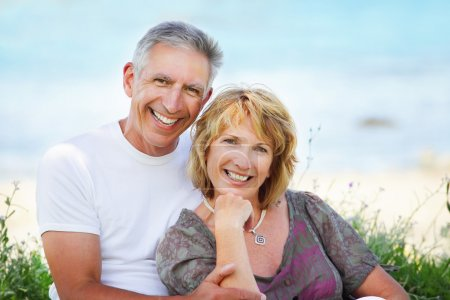 Photo pour Close-up portrait d'un couple senior souriant et l'embrassant. - image libre de droit