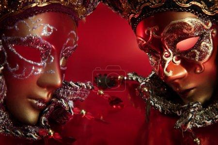 Photo pour Masques de carnaval ornés sur fond métallique texturé . - image libre de droit