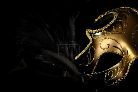 Photo pour Masque de carnaval orné sur fond de soie noire . - image libre de droit