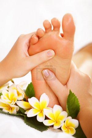 Photo pour Traitement des pieds Spa et massage des pieds exotiques. - image libre de droit