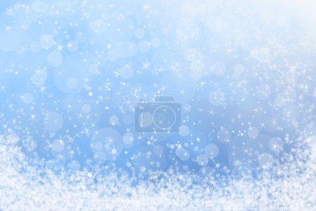 Foto de Invierno bastante fondo brillante azul del cielo y nieve - Imagen libre de derechos