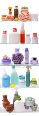 Photo pour Étagère avec des cosmétiques dans une salle de bain sur le fond blanc - image libre de droit