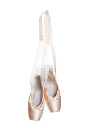 Photo pour Une paire usée de chaussons de ballet rose accroché sur un clou. - image libre de droit