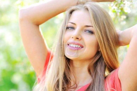 Photo pour Sensuelle portrait d'une femme de printemps, femme beau visage profitant de vous regarder - image libre de droit