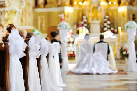 Photo pour Belle décoration de mariage de fleurs dans une église - image libre de droit