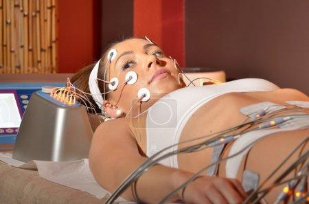 Photo pour Jeune femme au cours de traitements cosmétiques - image libre de droit