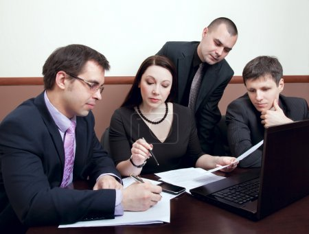 Photo pour Quatre homme d'affaires moderne à la réunion dans le Bureau - image libre de droit