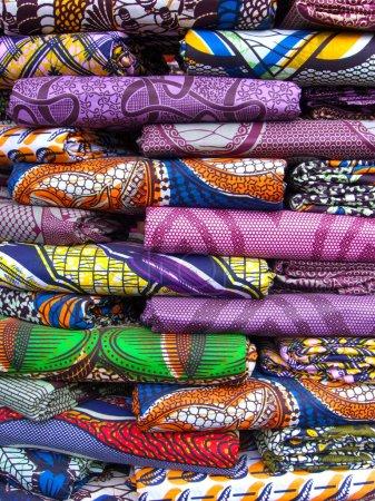 Foto de Una pila de tela colorida para la venta en un mercado de África occidental - Imagen libre de derechos