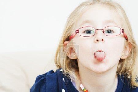 petite fille qui sort sa langue