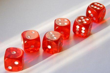 Photo pour Six cubes de jeu avec des points de 1 à 6 - image libre de droit