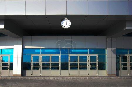 Photo pour Façade du nouvel immeuble de bureaux moderne - image libre de droit