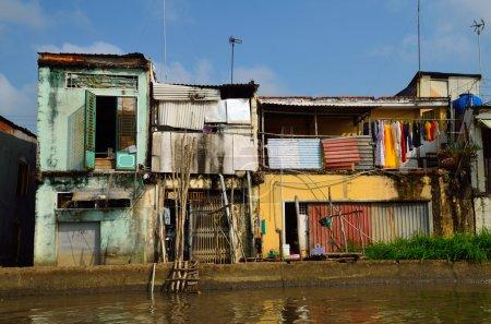 Photo pour Le long du delta du Mékong, les maisons vietnamiennes sont très pauvres, mais généralement très colorées . - image libre de droit