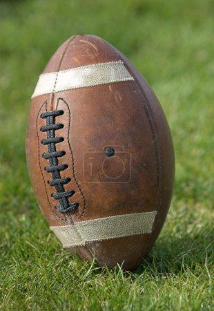Photo pour Football - gros plan de debout sur le terrain de jeu de football. - image libre de droit
