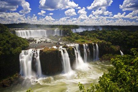Photo pour Chutes d'Iguaçu est la plus grande série de chutes d'eau sur la planète, situé au Brésil, en Argentine et paraguay - image libre de droit