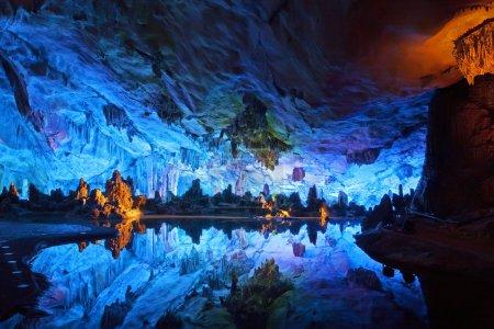 """Photo pour Les grottes de flûte Reed magnifiquement éclairées affichant les formations """"Palais de cristal du roi dragon"""". Situé à Guilin, Guangxi Provine, Chine - image libre de droit"""