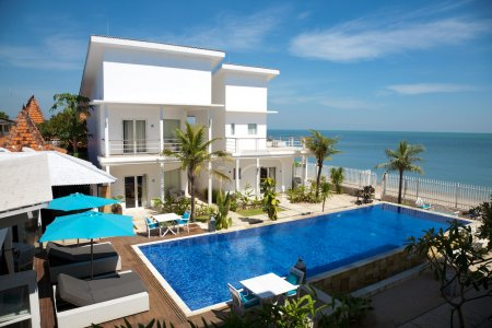 Beautiful villa with a swimming pool by the beach...
