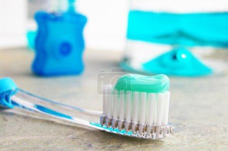 Photo pour Brosse à dents, rince-bouche et fil dentaire - image libre de droit