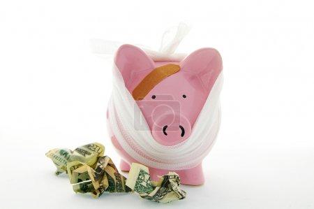 Photo pour Tirelire pansée avec argent comptant - frais médicaux - image libre de droit