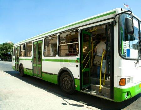 Photo pour Le bus Passzhirsky dans une ville - image libre de droit