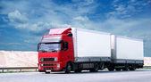 červený kamion na dálnici