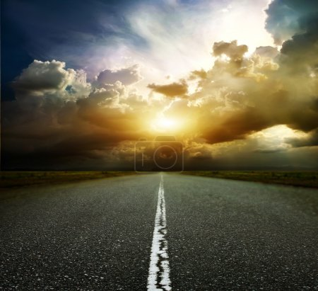 Photo pour La route la plus asphaltée. Profondeur de champ faible - image libre de droit