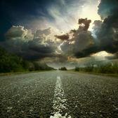 Asfaltové silnici a velké slunce