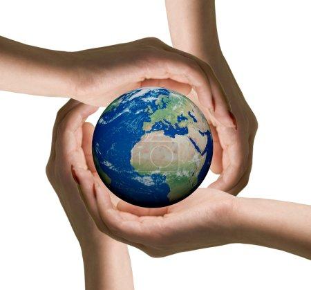 Photo pour Mains humaines symbole conceptuel entourant le globe terrestre. isolé sur fond blanc. - image libre de droit