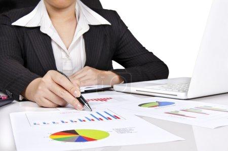 Foto de Una mujer de negocios señalando un gráfico de barras - Imagen libre de derechos