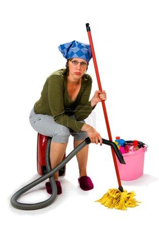 Photo pour Une jeune femme fatiguée déteste le ménage - image libre de droit