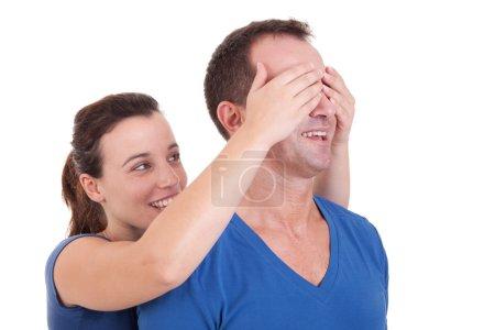 Photo pour Portrait d'une femme heureuse qui couvre ses yeux de l'homme, à la surprise de lui - image libre de droit