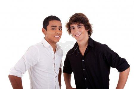 Foto de Amigos: dos joven de diversos colores, mirando a la cámara y sonriendo, aislado sobre fondo blanco, studio disparó - Imagen libre de derechos