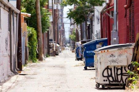 Photo pour Une ruelle urbaine grincheuse au centre-ville de Denver - image libre de droit