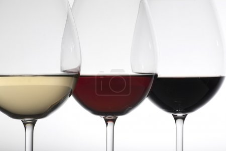 Photo pour Bouteilles et verres à vin - image libre de droit