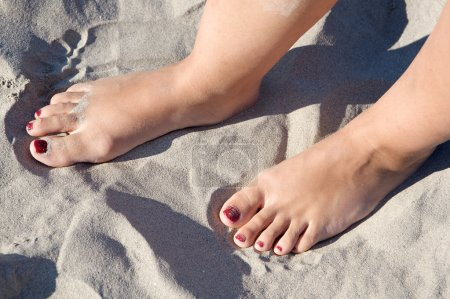 Photo pour Pieds dans le sable de la plage - image libre de droit