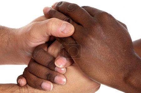 Photo pour Africaine et caucasien masculin secouant les mains un over fond blanc - image libre de droit
