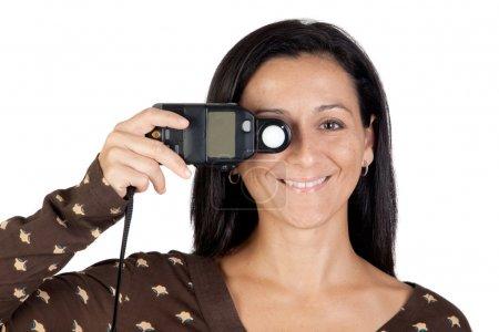 Foto de Chica morena con un fotómetro aislado sobre fondo blanco - Imagen libre de derechos