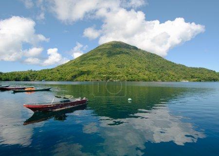 Photo pour Volcan Gunung Api, îles Banda, Indonésie - image libre de droit
