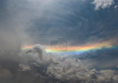 Photo pour Arc-en-ciel sur gris ciel nuageux - image libre de droit
