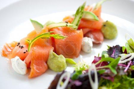 Photo pour Gros plan sur la salade de saumon fumé aux asperges vertes - image libre de droit