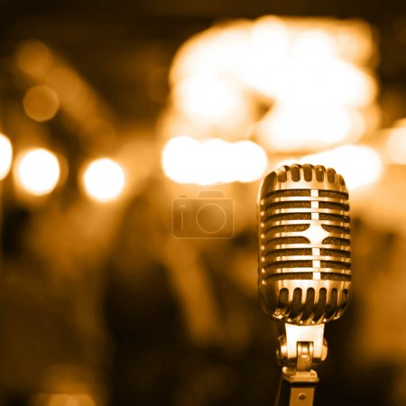 Photo pour Microphone rétro sur scène - image libre de droit