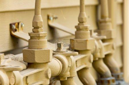 Photo pour Plusieurs détendeurs et accessoires pour l'utilisation de gaz naturel - image libre de droit