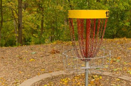 Photo pour Un receveur de chaîne de golf sur disque dans un parcours de golf boisé - image libre de droit