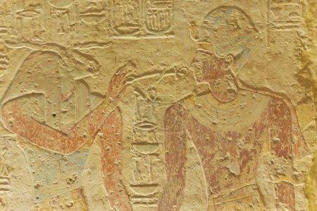 Photo pour Anciens dieux égyptiens dans mur sculpté. conservé la couleur d'origine. - image libre de droit