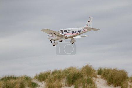 Photo pour Petit avion en approche à l'aéroport sur la Dune (Helgoland) - image libre de droit